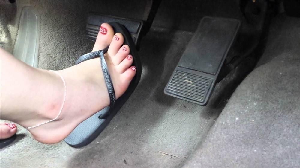Thảm hoạ khi phụ nữ lái xe bằng giày cao gót