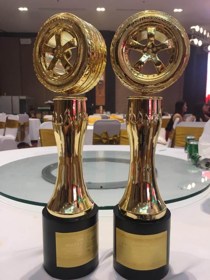 Yến Phong vinh dự nhận được cúp đúp top 10 đại lý lốp xe du lịch xuất sắc